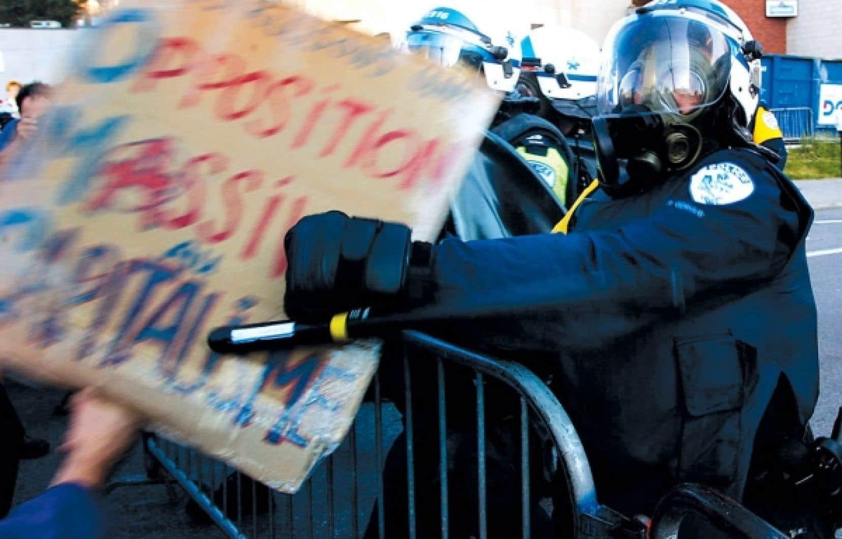 Le profilage politique, rarement consid&eacute;r&eacute; en Occident, a &eacute;t&eacute; discut&eacute; en tant qu&rsquo;attitude discriminatoire des policiers, en fonction de certaines identit&eacute;s politiques, r&eacute;elles ou per&ccedil;ues. Par ailleurs, le Service de police de la Ville de Montr&eacute;al (SPVM) a &eacute;t&eacute; &eacute;pingl&eacute; pour ce type de discrimination par le Comit&eacute; des droits de l&rsquo;homme de l&rsquo;ONU en 2005 pour sa pratique des arrestations de masse lors de manifestations associ&eacute;es &agrave; l&rsquo;extr&ecirc;me gauche. <br />