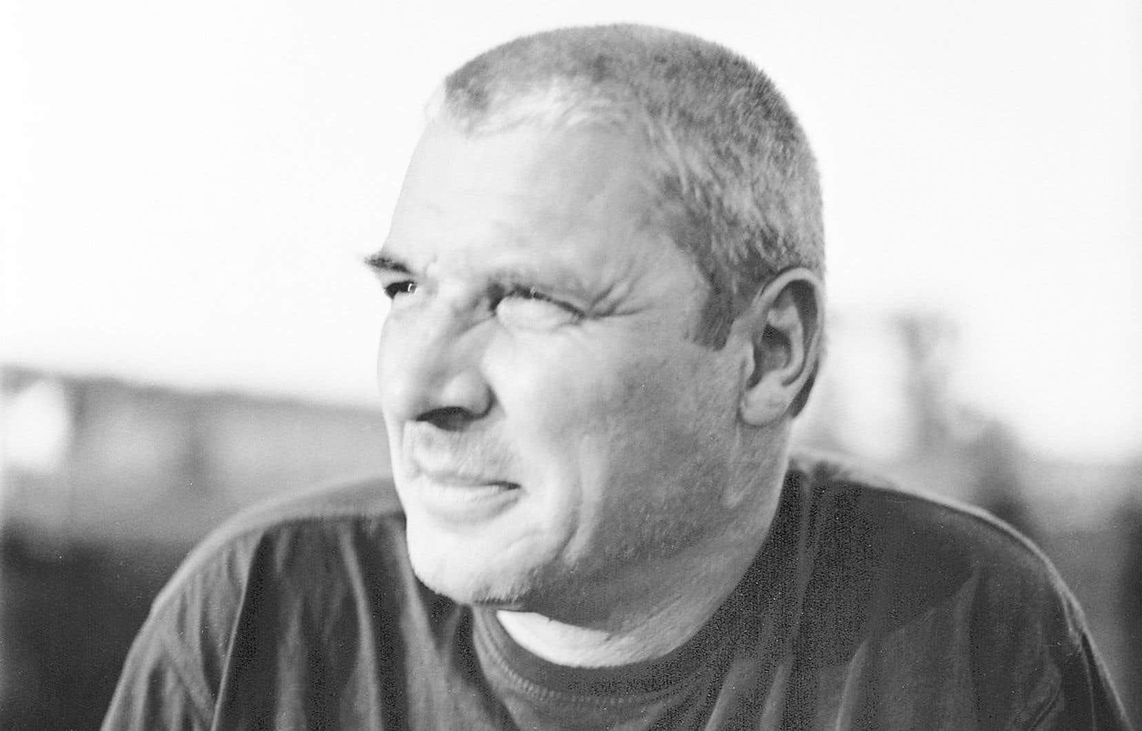 Écrivain, poète et journaliste polonais né en1960 à Varsovie, Andrzej Stasiuk est considéré comme le chef de file de la littérature polonaise contemporaine.