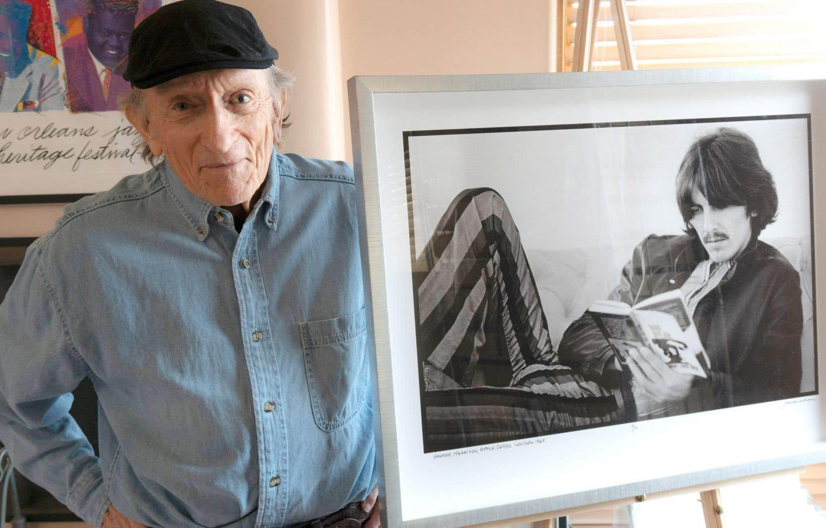 Baron Wolman devant une de ses photos de George Harrison. «On était avec le