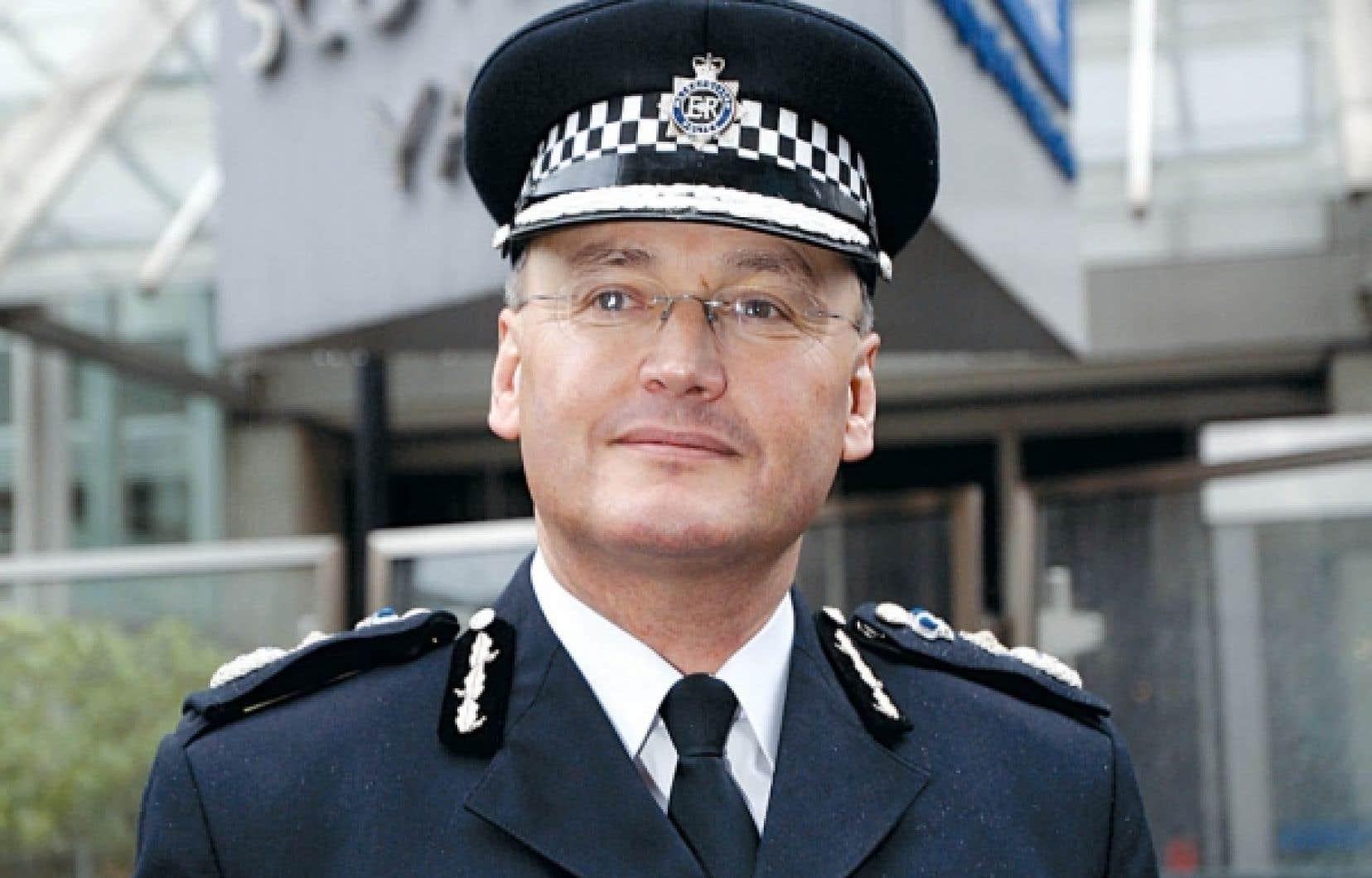 Le chef du Yard, Sir Paul Stephenson, est emporté par le scandale des écoutes.Récemment honoré par la reine Élisabeth II pour sa brillante carrière, il quitte son poste pour assurer la crédibilité de Scotland Yard, a-t-il déclaré à la télévision britannique.