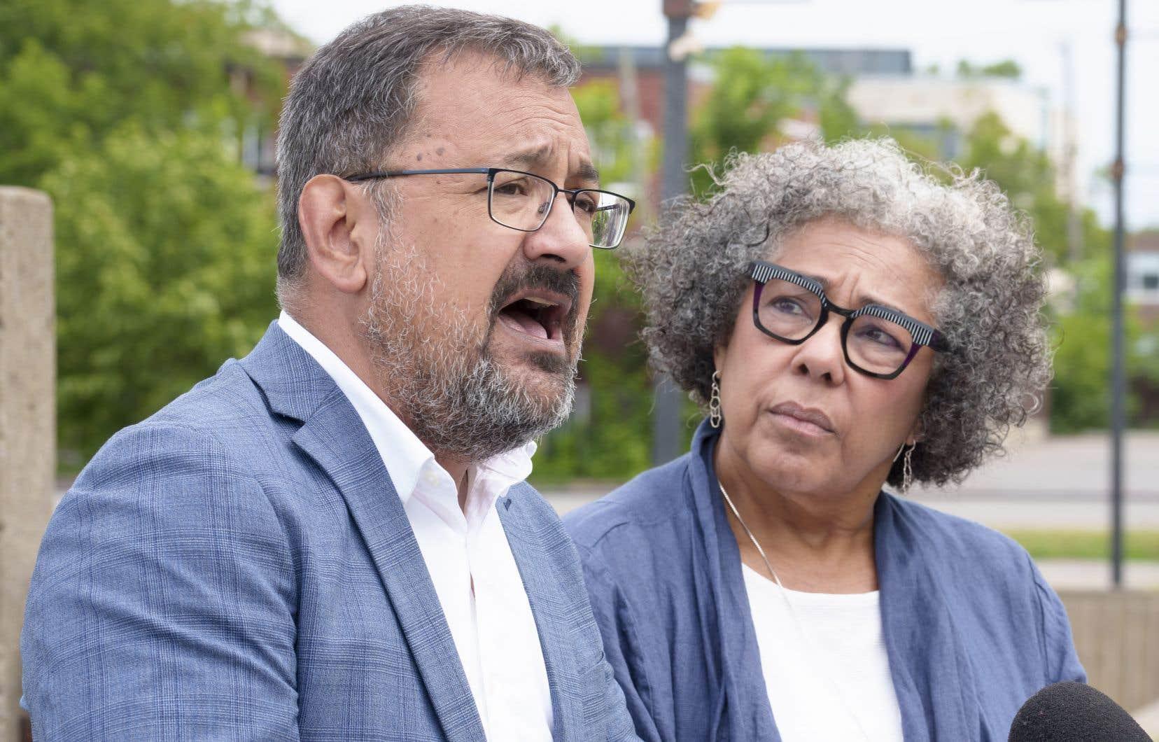 La directrice générale de la Maison d'Haïti, Marjorie Villefranche, et le député solidaire de Laurier-Dorion, Andrés Fontecilla, ont dénoncé cette intervention policière.