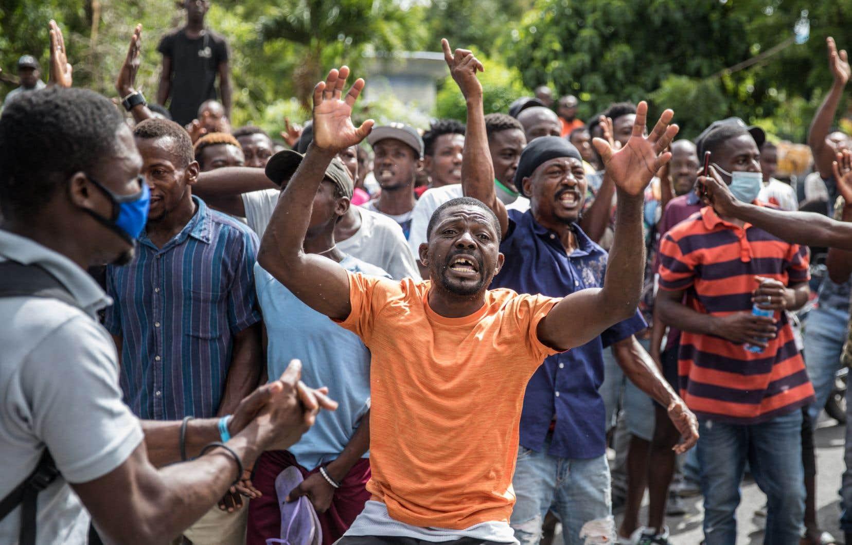 Devant le commissariat de Pétion-Ville, en banlieue de Port-au-Prince, des habitants sont venus acclamer la police pour l'arrestation de présumés assaillants du président Jovenel Moïse.