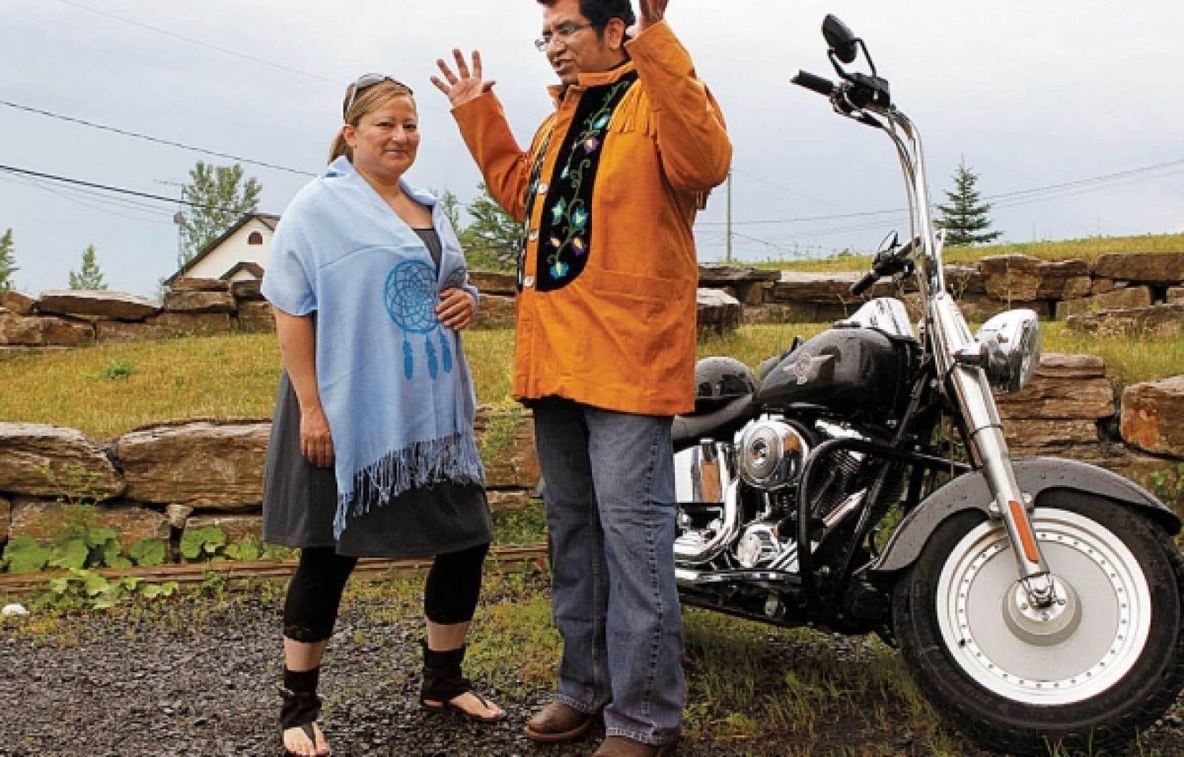 La designer de mode Tammy Beauvais et son mari, qui porte une création inspirée de la tradition autochtone.<br />