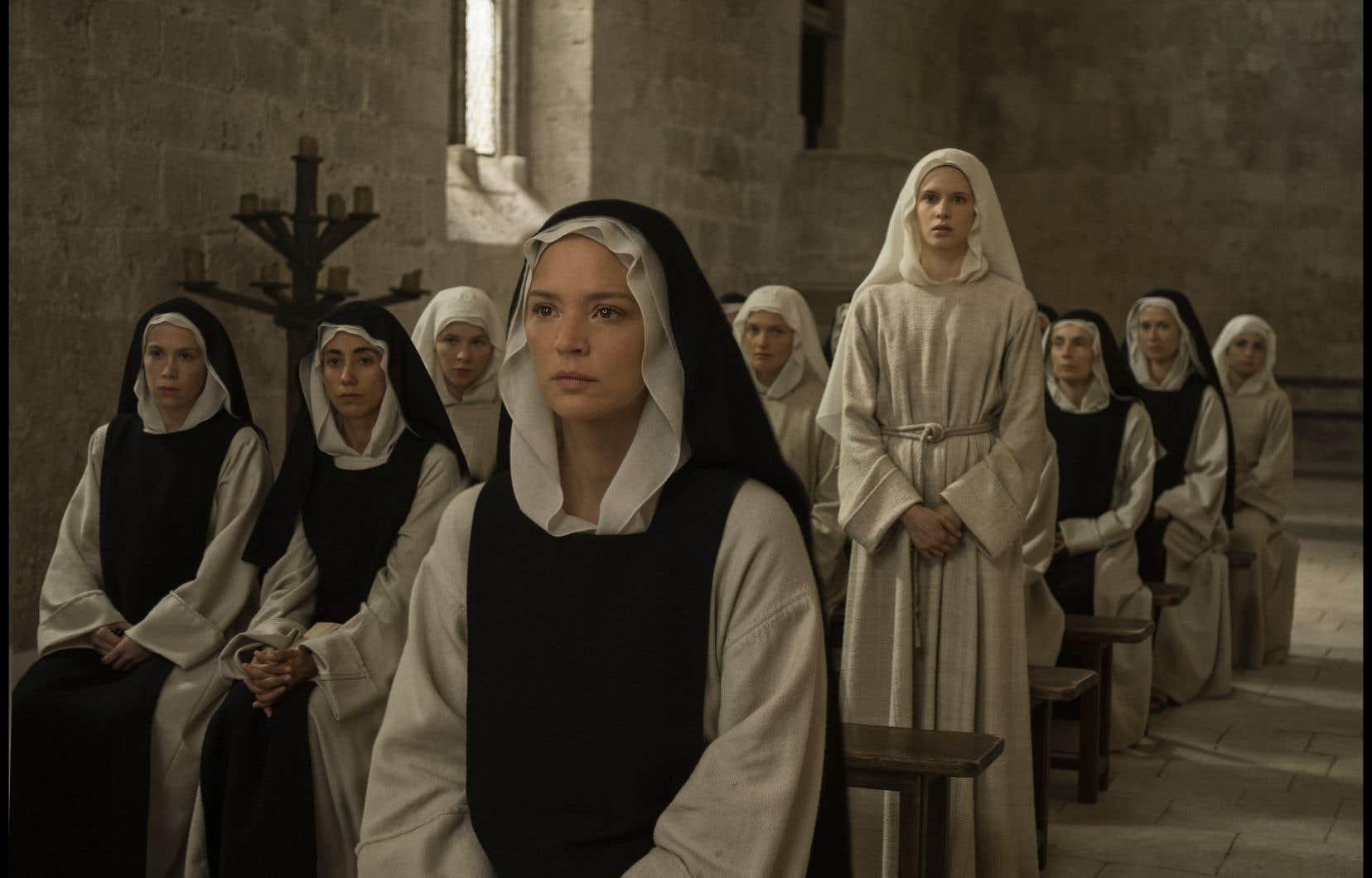 Dans le rôle de Benedetta, Virginie Efira reste en surface et n'offre pas une performance à la hauteur de son talent.