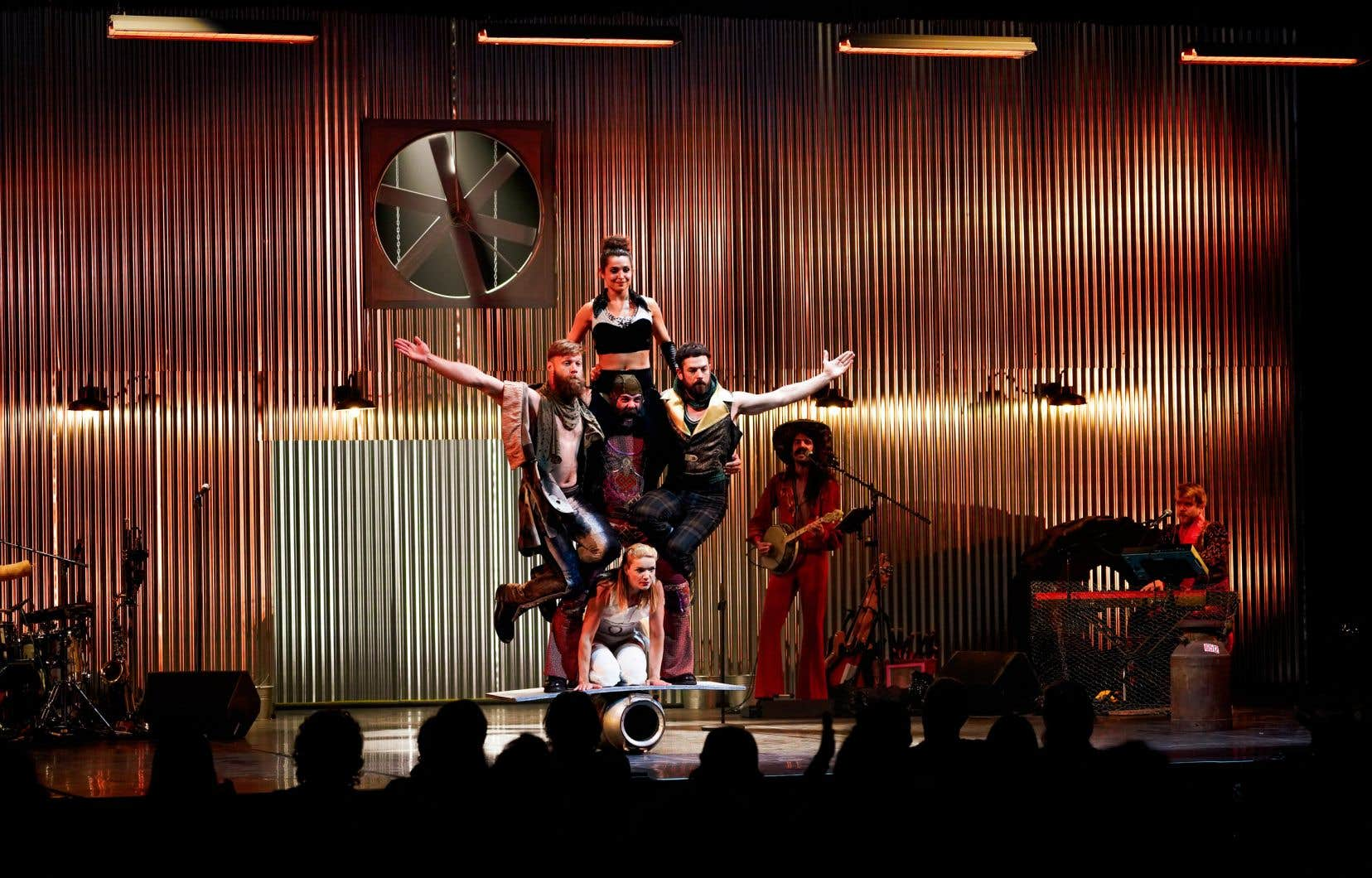 Le spectacle multidisciplinaire «Animal» transporte Montréal dans un imaginaire rural qui revisite l'histoire, tout en se réinventant à coups d'acrobaties.