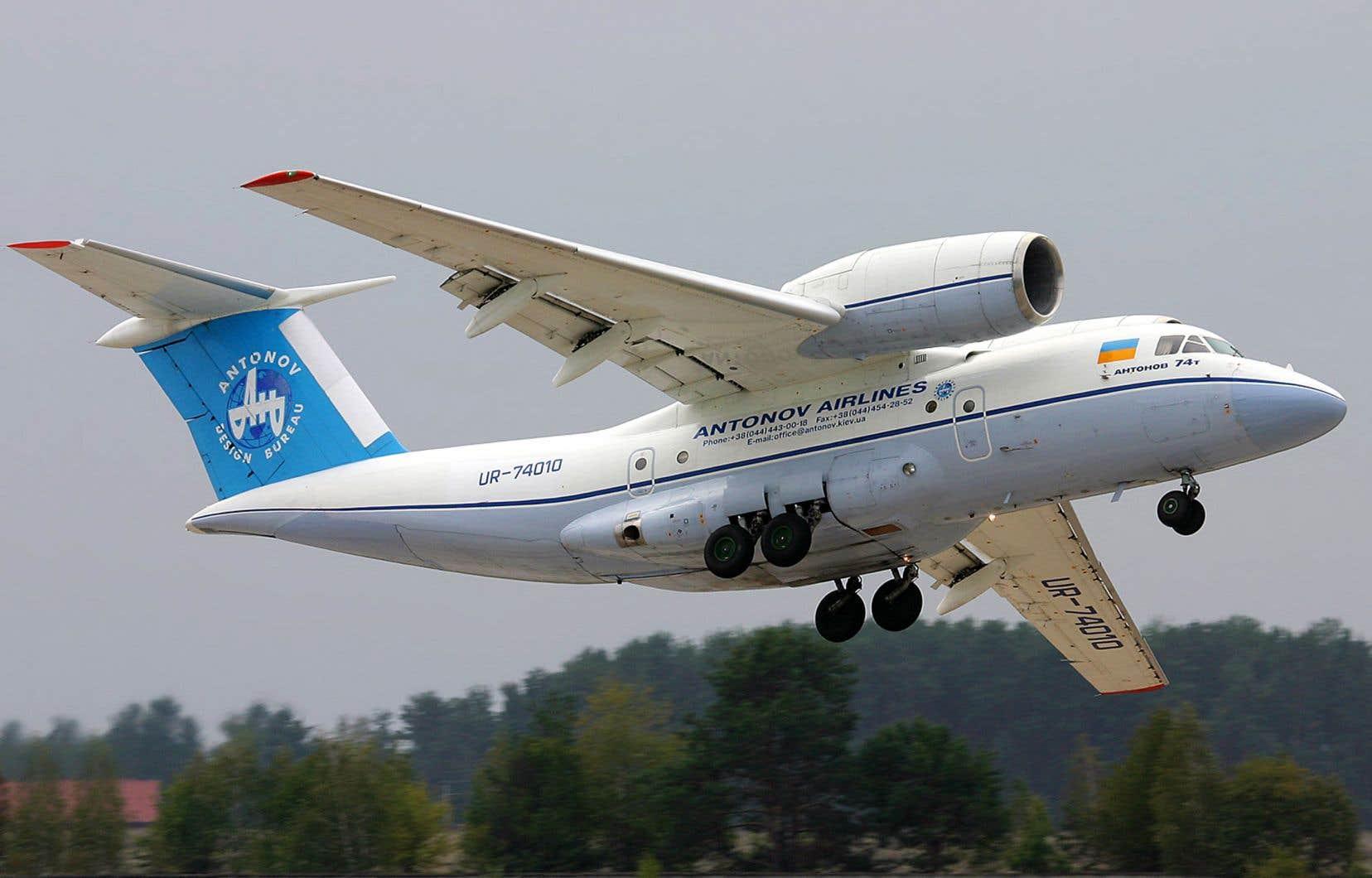 Conçu à la fin des années 1970, l'AN-74 est un avion-cargo bimoteur qui peut voler sur une distance de 4600 kilomètres à une vitesse de 560 km/h.