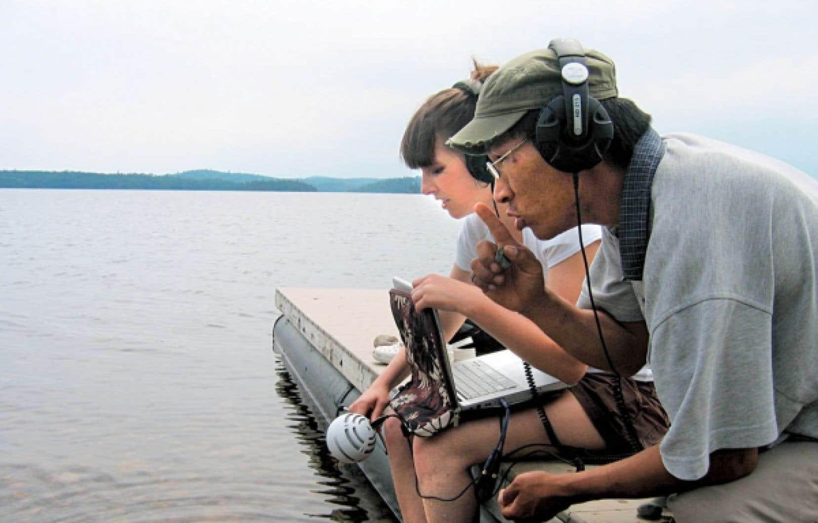 Mélanie Charbonneau et Kevin Papatie, filmés dans le cadre du documentaire Wapikoni, escale à Kitcisakik.<br />