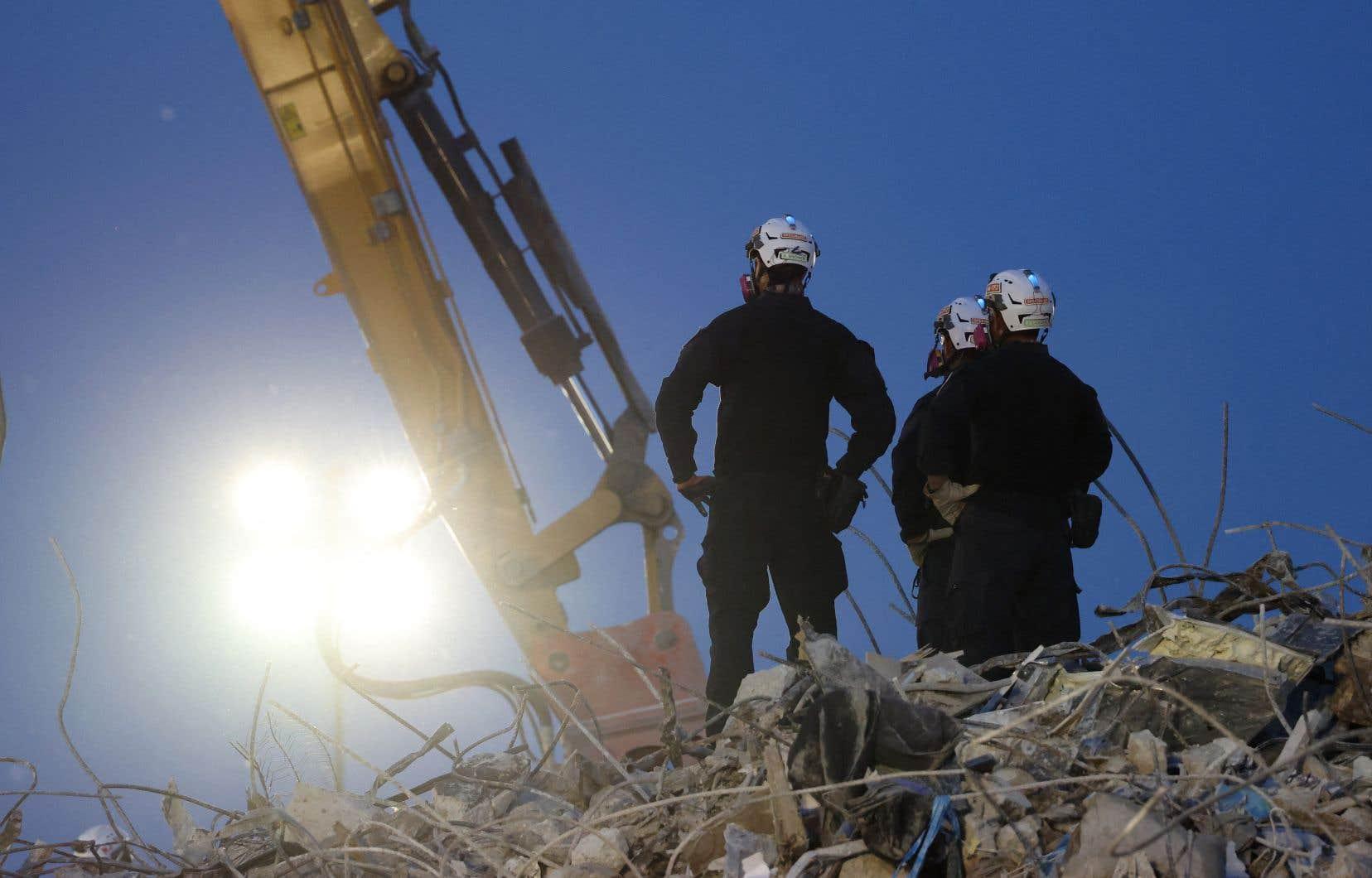 Le plus récent bilan fait état de 86 décès confirmés à la suite de l'effondrement de l'immeuble à Surfside, tandis que 43 personnes sont toujours portées disparues.