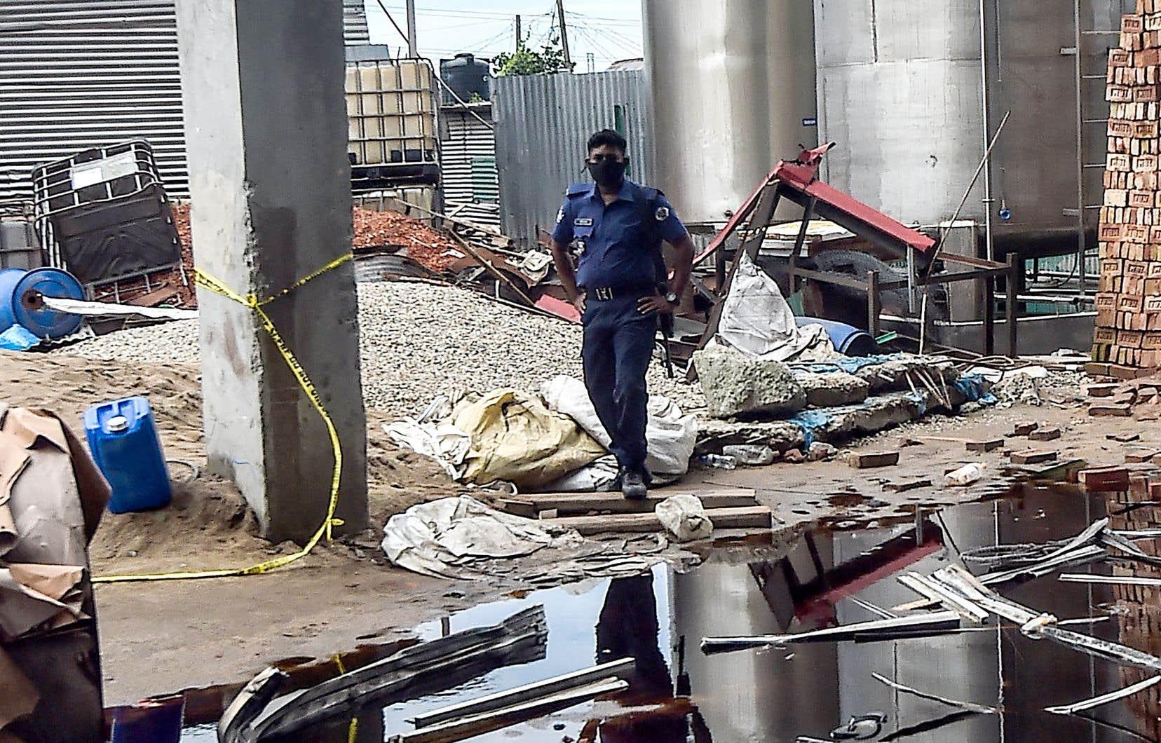 Les incendies et les effondrements de bâtiments sont relativement fréquents au Bangladesh, en particulier dans son importante industrie textile, en raison d'un manque de respect des normes de sécurité. Et les réformes promises dans ce domaine par l'État tardent à se concrétiser. En 2013, l'effondrement du Rana Plaza, un complexe de neuf étages qui abritait des usines de confection à Dacca, avait fait plus de 1100 morts. Ce nouveau drame illustre selon les syndicats combien la législation sur le travail est peu respectée.