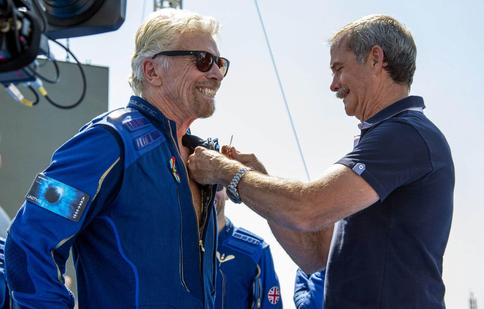 Environ 500 personnes ont assisté au vol de Richard Branson (à gauche), dont l'ancien astronaute canadien Chris Hadfield (à droite).