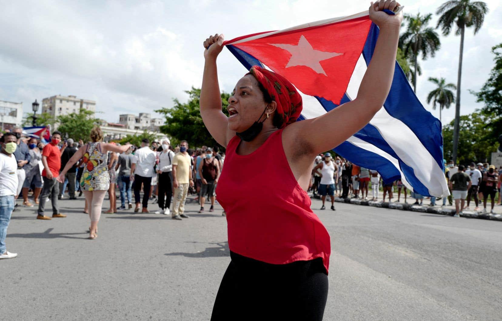 Ces manifestations sont survenues le jour où Cuba a enregistré un nouveau record quotidien de contaminations et de morts dues au coronavirus, avec 6923 cas recensés (pour 238 491 cas au total) et 47 morts en 24 heures.