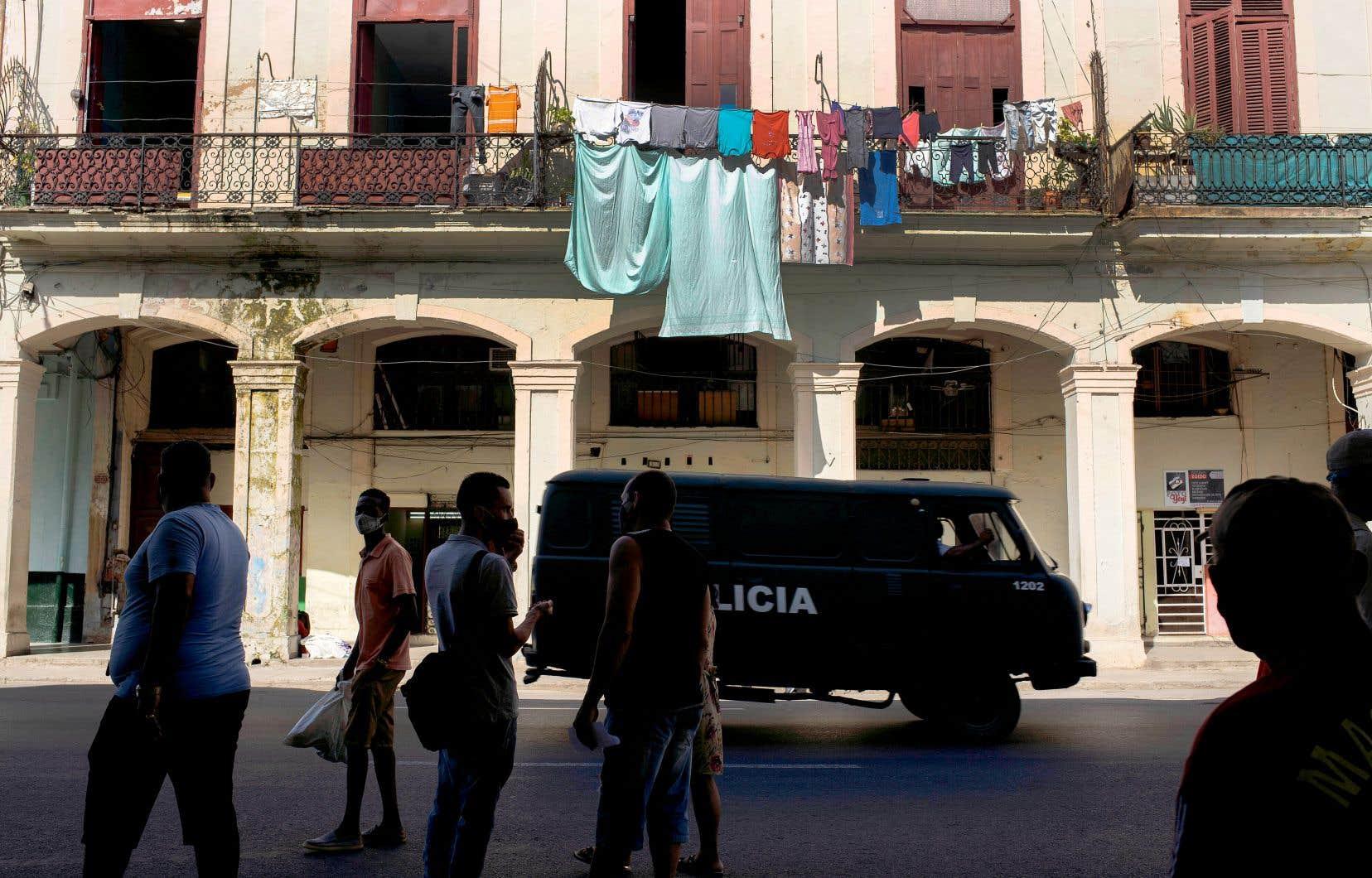 Un véhicule de police patrouille dans la Vieille Havane, à Cuba, lundi, au lendemain des manifestations contre les pénuries alimentaires et les prix élevés au milieu de la crise du coronavirus.