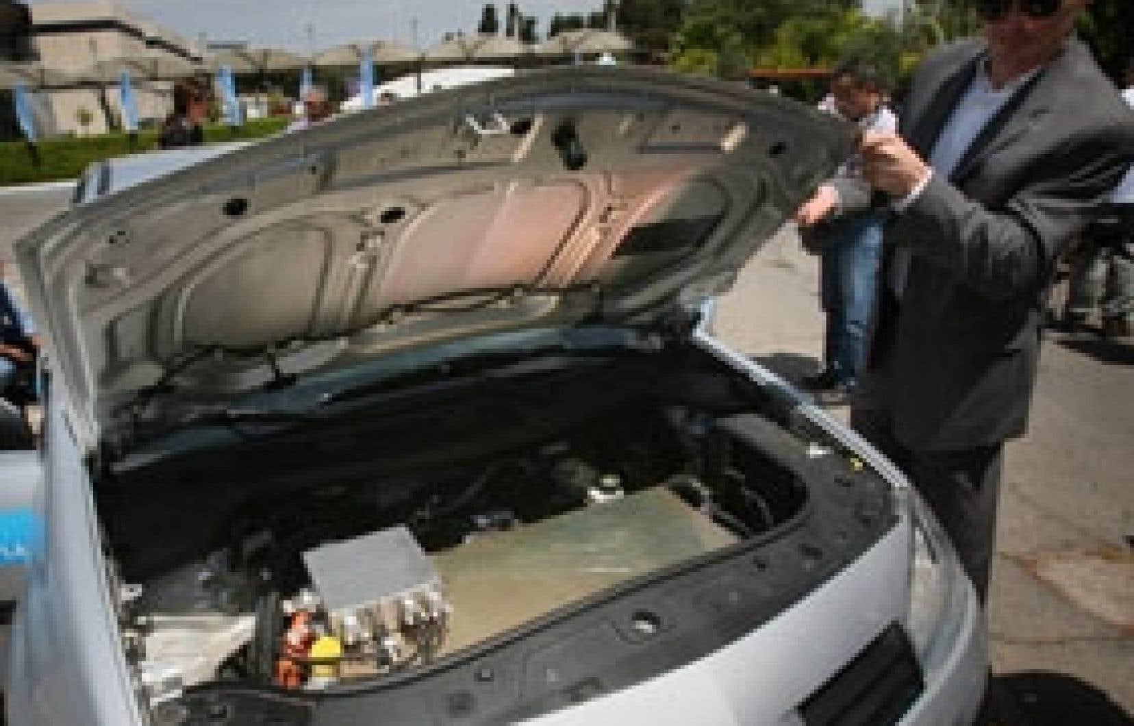 Renault et Nissan mèneront en 2011 en Israël une expérience de commercialisation à grande échelle d'une voiture électrique dont le prototype a été dévoilé lundi.