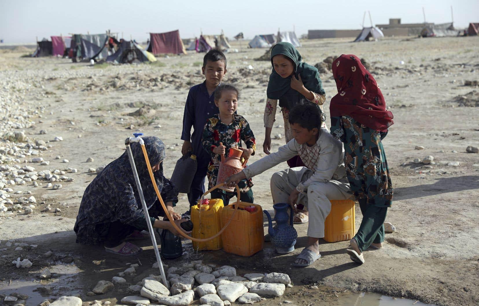 En Afghanistan, environ 50 % de la population compte sur l'aide humanitaire pour se procurer des biens essentiels.