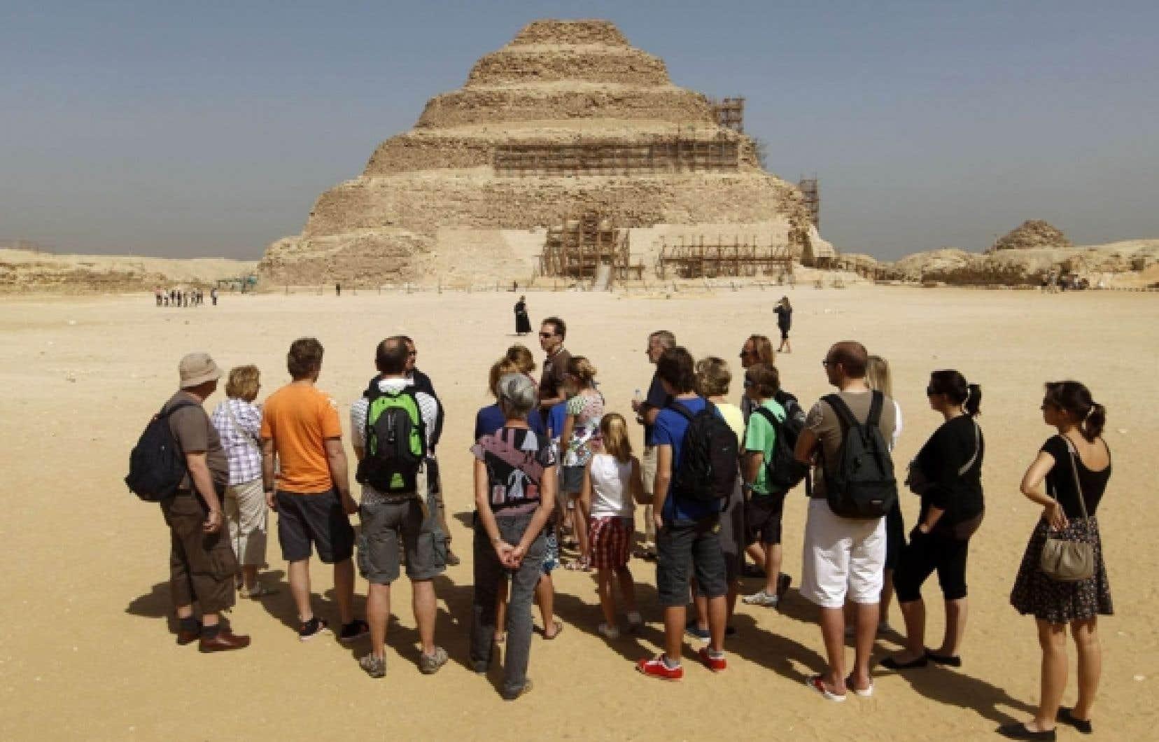 Groupe de touristes devant la nécropole de Saqqara en Égypte. Des lecteurs ayant participé à une formule de voyage «semi-organisé» nous informent qu'il leur en a coûté autant qu'un voyage de groupe traditionnel, soit environ 5000 $ par personne, l'avion compris. En outre, ce voyage ne leur a pas laissé la liberté qu'ils espéraient.