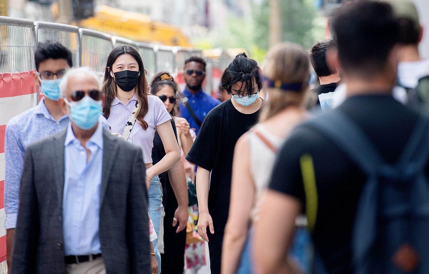 Le ministère de la Santé affirme être «conscient que les mesures sanitaires ne sont pas faciles pour tous, toutefois, elles sont nécessaires pour vaincre la pandémie». Il n'est donc pas prévu «à court terme» d'assouplir cette mesure dans les lieux publics.