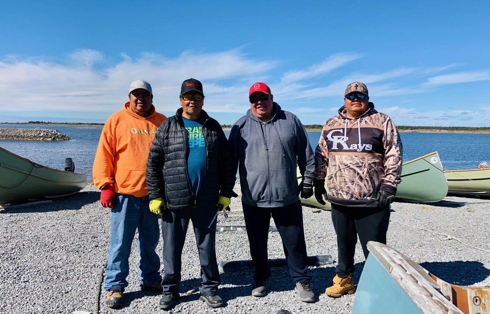 La famille Sealhunter sur les berges de la baie James. De gauche à droite: Larry, Stewart, George et Eric.