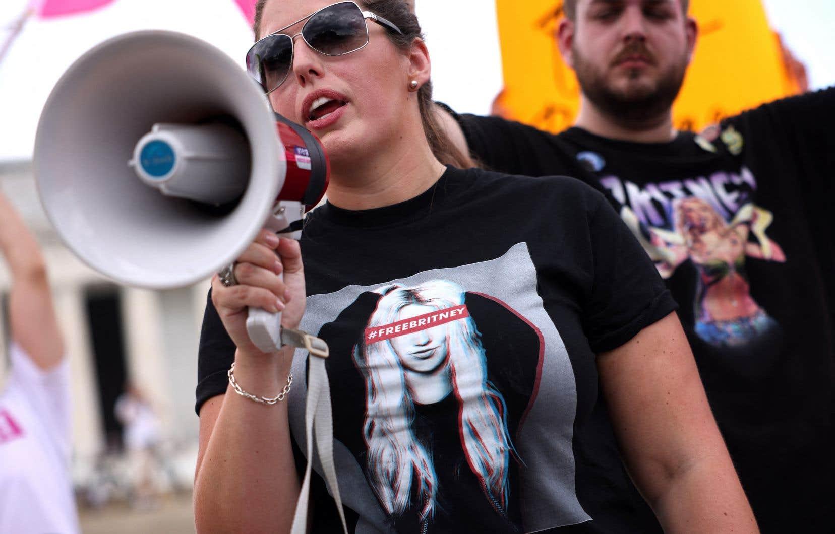 Des centaines de fans de la vedette de la pop étaient réunis devant le tribunal de Los Angeles mercredi, mais aussi à New York, Phoenix ou encore Londres, où ils ont organisé des rassemblements de soutien.