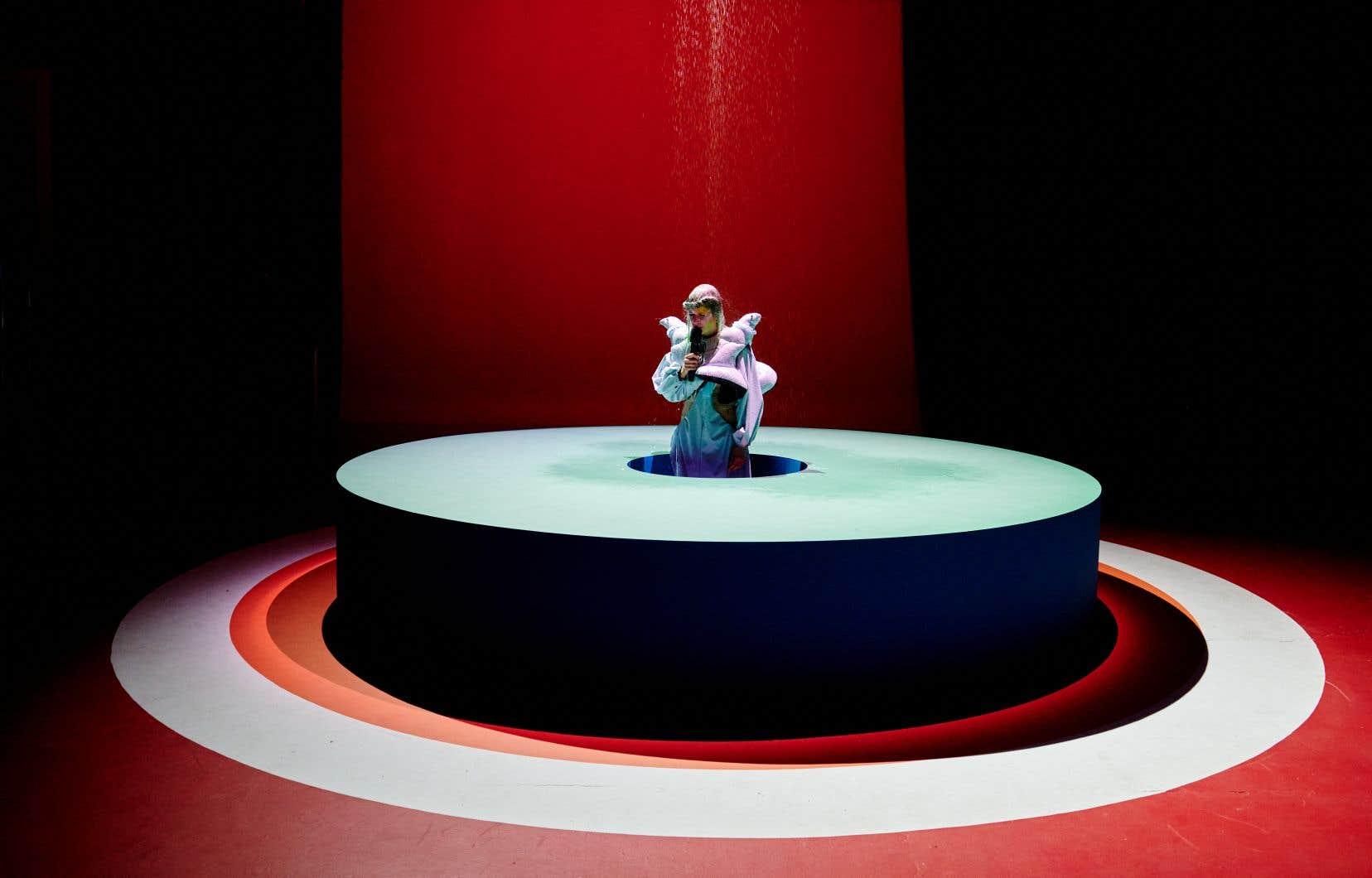 Image tirée duSpectacle spectralde l'artiste Klô Pelgag présentant son albumNotre-Dame-des-Sept-Douleurs.