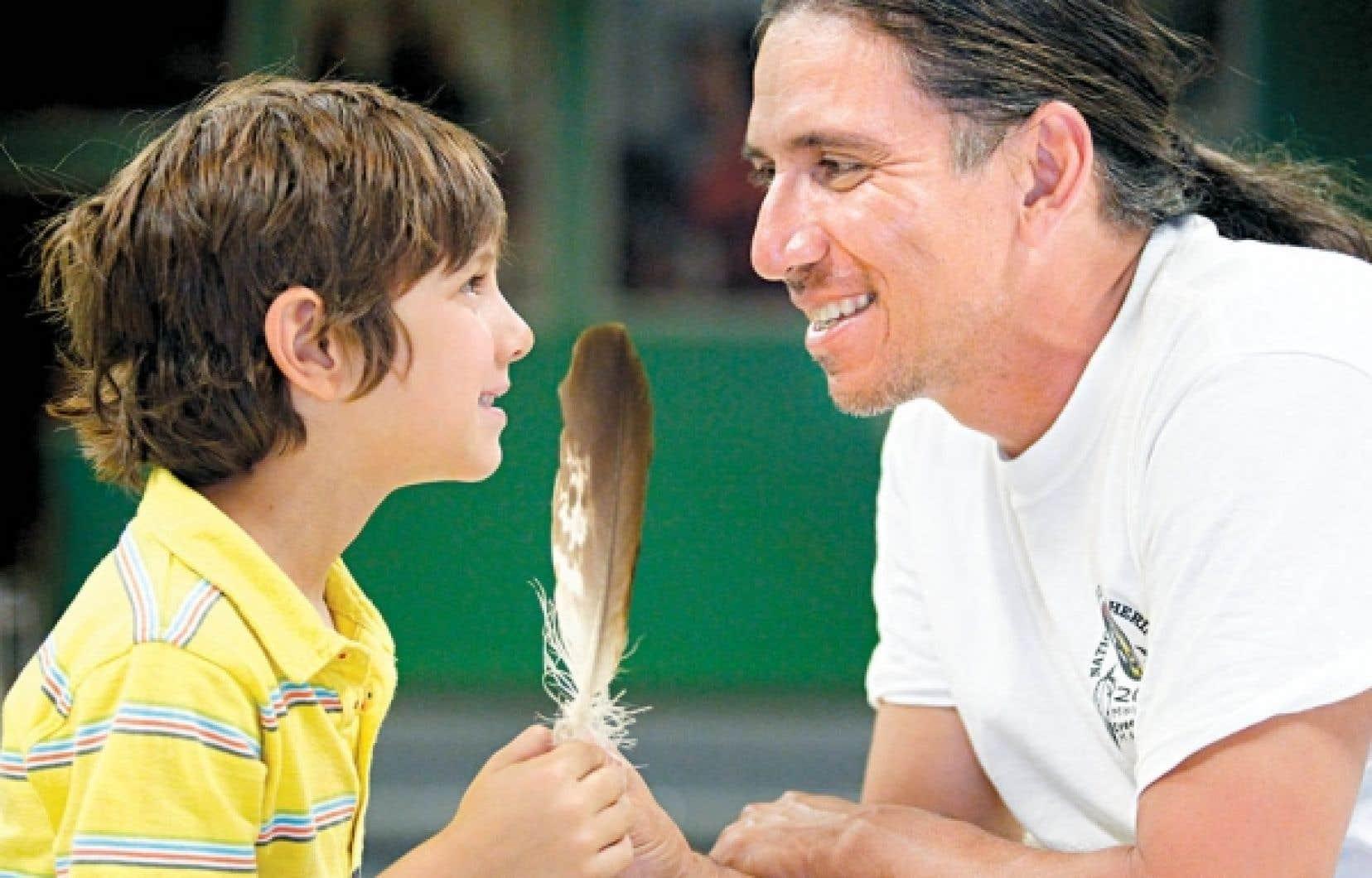 Le Dr Stanley Vollant en compagnie de son fils Xavier. L'avenir des jeunes préoccupe le médecin innu.