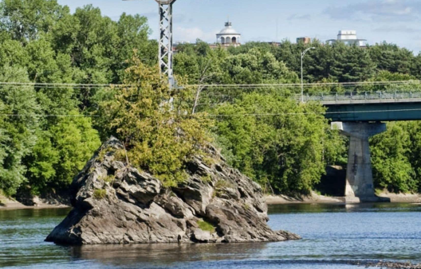 Le Rocher du Pin Solitaire, maintenant appel&eacute; Mena&rsquo;sen, au milieu de la rivi&egrave;re Saint-Fran&ccedil;ois, au c&oelig;ur de la ville de Sherbrooke.<br />