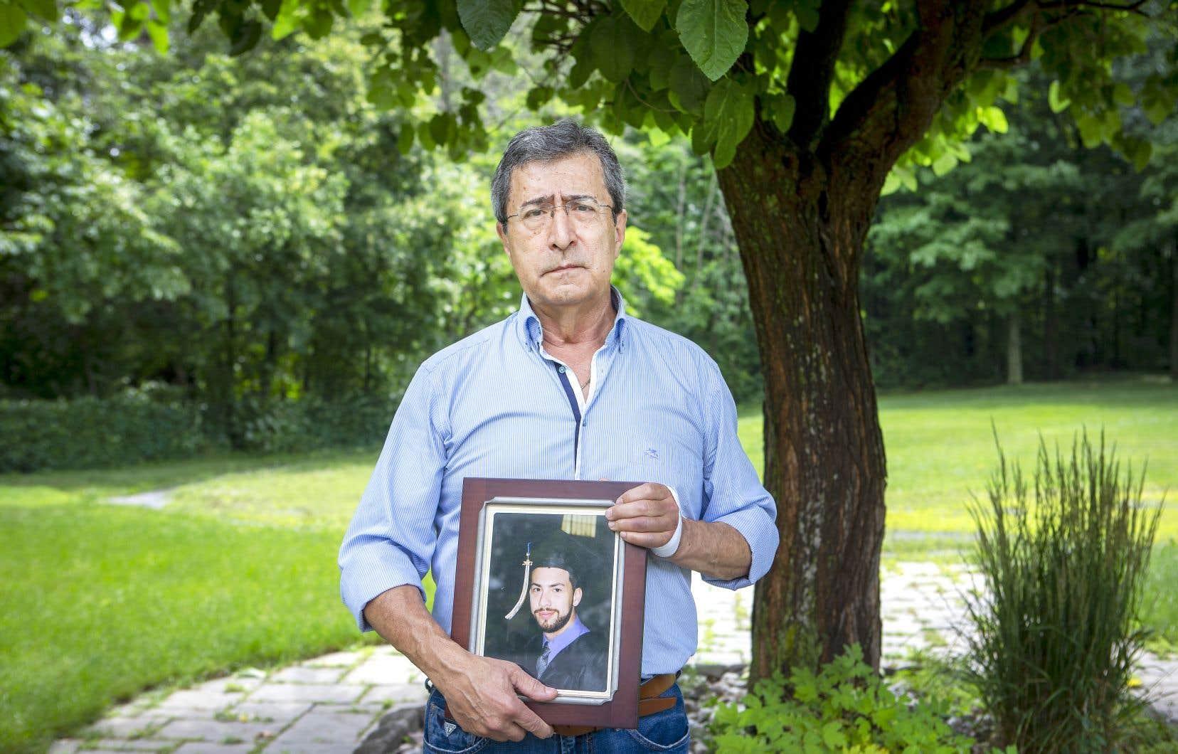 Cesur Celik montre le portrait de son fils, Koray Kevin Celik, qui a perdu la vie le 6 mars 2017 lors d'une intervention policière survenue au domicile familial de L'Île-Bizard.