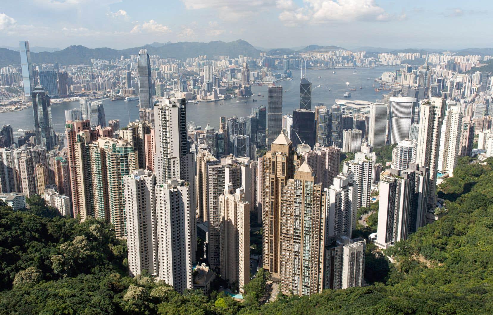 Grâce à sa réglementation favorable aux entreprises, à son respect pour l'État de droit et à sa proximité avec le vaste marché intérieur chinois, Hong Kong est devenu l'un des principaux carrefours d'échanges commerciaux dans le monde.
