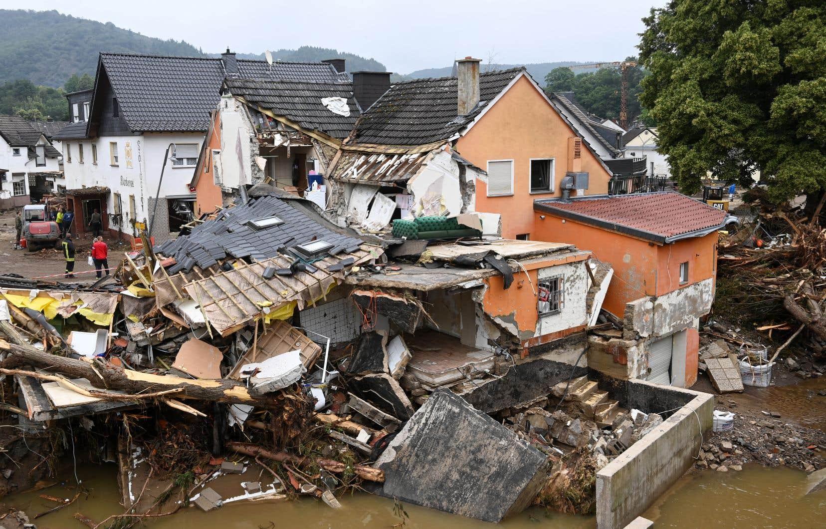 Les inondations meurtrières qui ont frappé le sud-ouest de l'Allemagne sont entrées brutalement dans la campagne électorale.