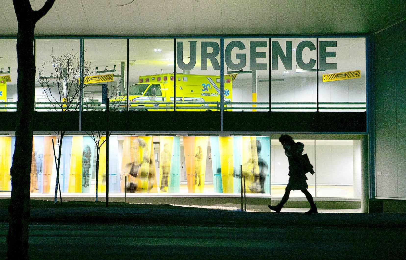Le ministre Dubé dit miser sur le renforcement des soins de première ligne pour désengorger les urgences.