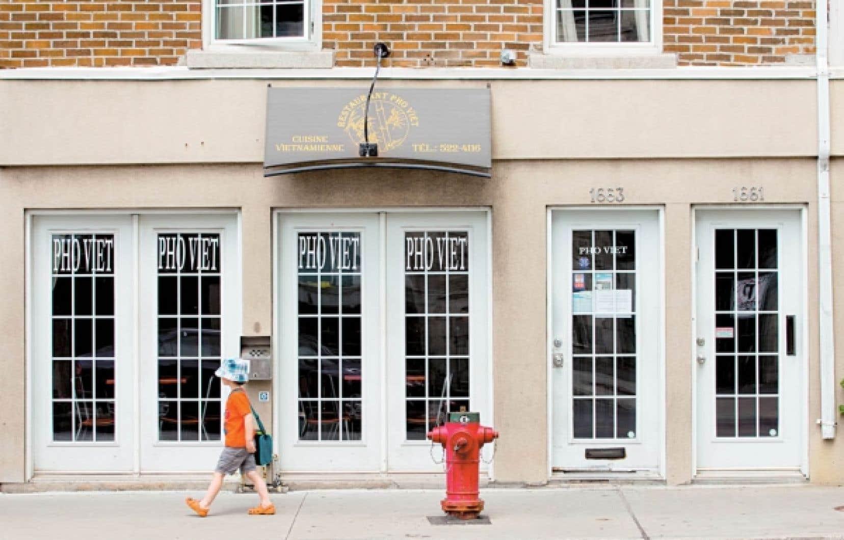 Le restaurant Pho Viet n'attire guère le visiteur par sa façade extérieure, ni par l'intérieur exigu. Nous ne sommes pas ici dans un restaurant gastronomique, bien que cela soit relatif, selon les goûts de chacun. Notre but est de découvrir l'exotisme culinaire qui, on le sait, ne rime pas toujours avec décor et raffinement sur la table.