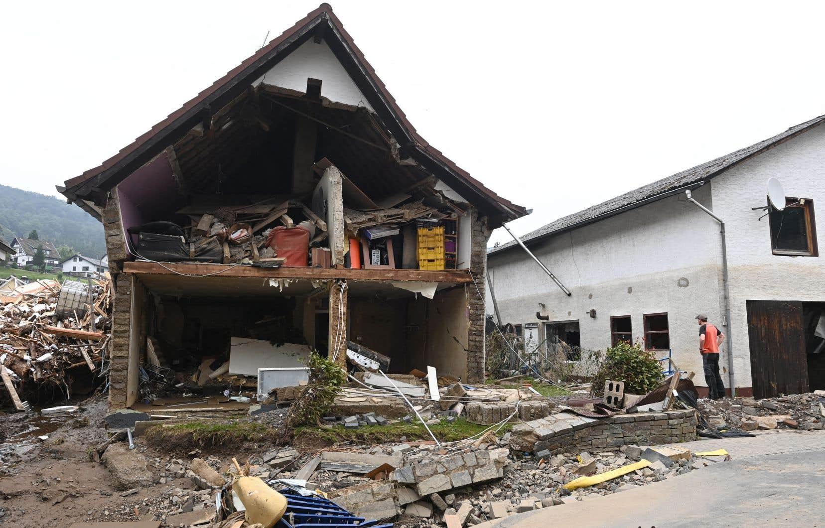 La chancelière Angela Merkel doit se rendre dimanche dans le village de Schuld, en Rhénanie-Palatinat, qualifié de «martyr» car tout ou presque y a été détruit.