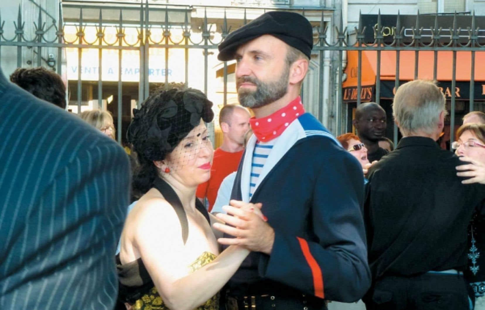 La Bâronne d'Paname et Sven le marin, deux personnages qui ajoutent au pittoresque des bals musettes parisiens.<br />