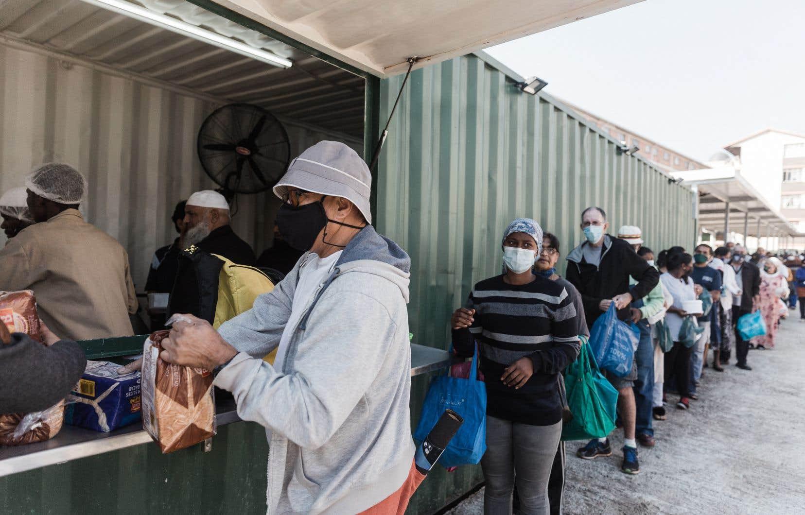 «Il y a des files d'attente interminables, comme si on allait voter», a ironisé Siyanda Nxumalo, un militant de la communauté qui dénonce «une pagaille».