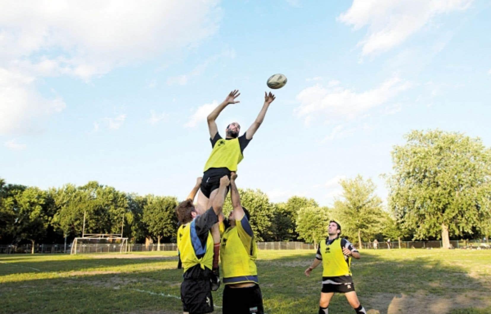 Des joueurs de rugby du XV de Montréal s'exercent à la remise de touche. De gauche à droite, Jean-Baptiste Grente, Pierre Villette, Clément Broca et Pierre Alborch.<br />