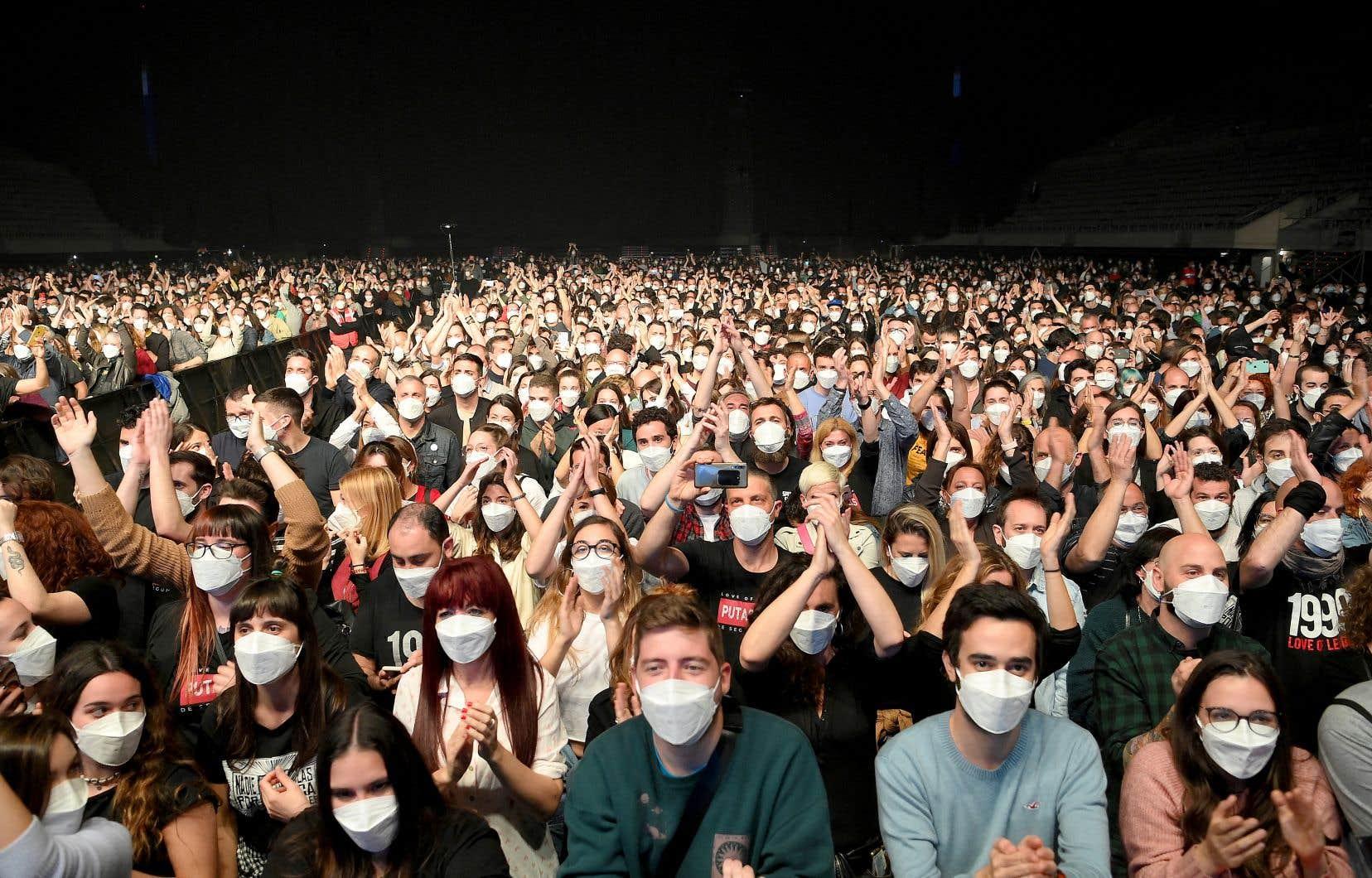 Un concert test tenu à Barcelone en mars n'avait pas causé de nouvelle flambée de cas de COVID-19. En tout, 5000 personnes portant un masque chirurgical avaient pu voir le groupe de rock indépendant Love of Lesbian.
