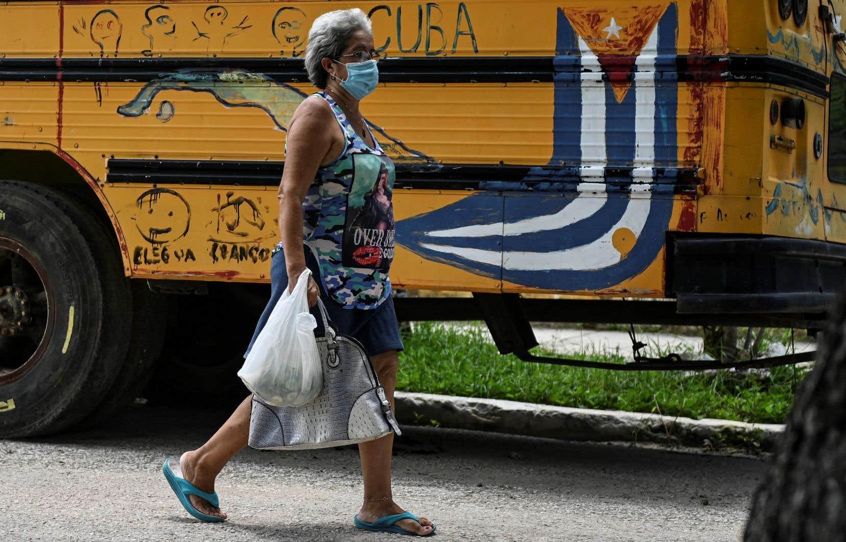 «Plus d'une semaine après le début des manifestations, des centaines de Cubains sont encore détenus. Les autorités cubaines ont promis des processus expéditifs. Les accusés pourraient être condamnés à des peines de vingt ans de prison», écrit l'auteur.
