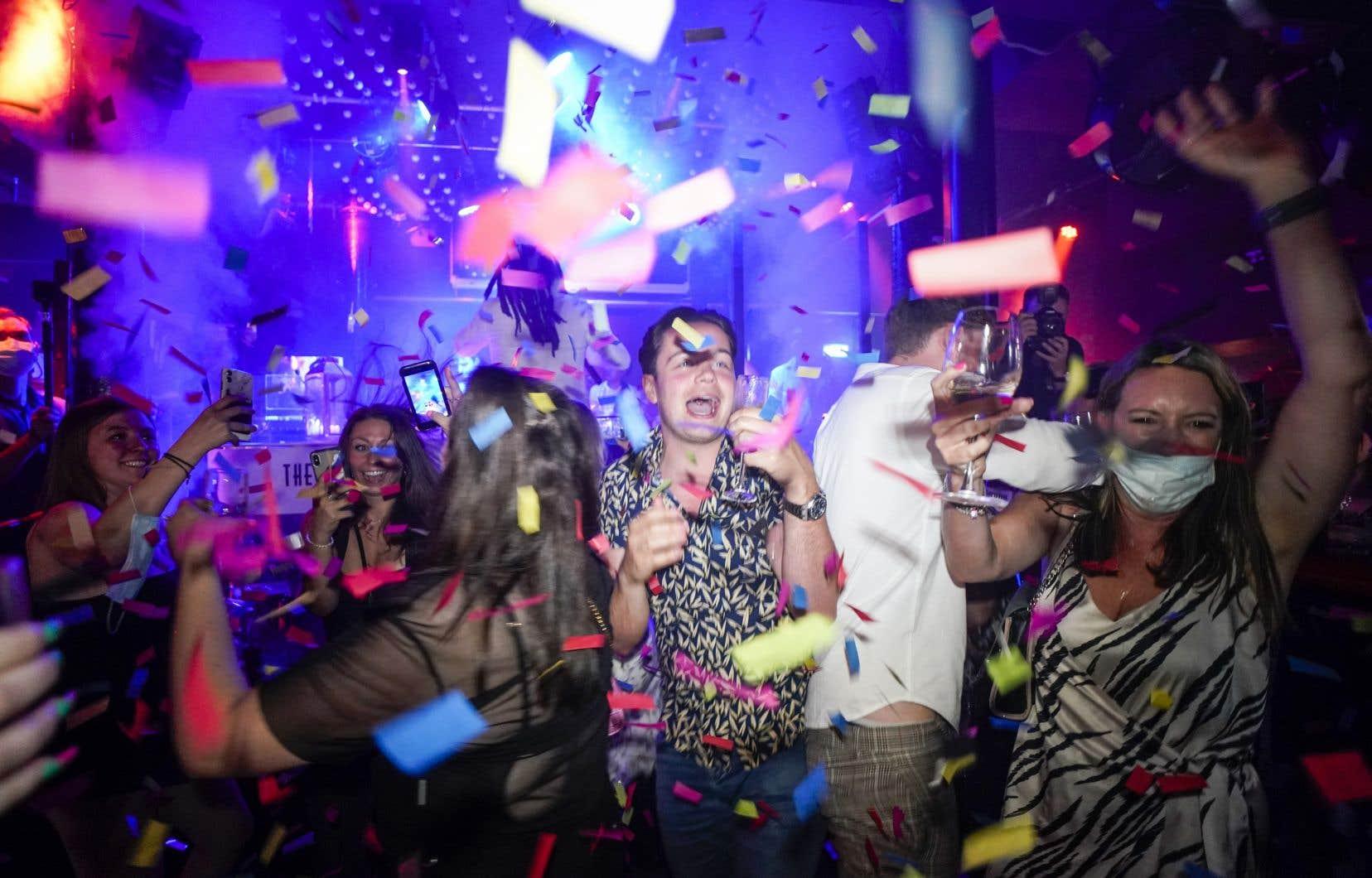 Les lieux de  divertissement peuvent  accueillir leur  clientèle sans restrictions, le service au bar peut reprendre  à l'intérieur des pubs, les limites aux rassemblements et la  distanciation physique sont désormais  caduques.