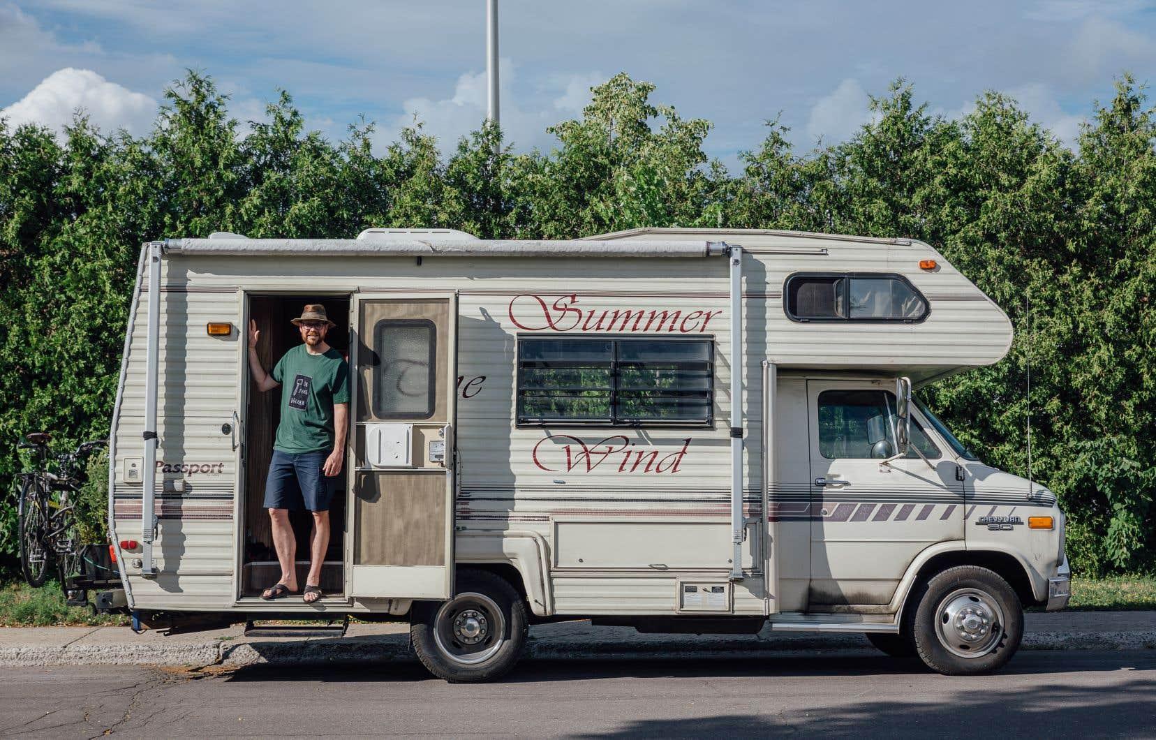 Éric Boudrias vit dans son auto-caravane depuis un an. On le voit ici au parc Beauclerk, à Montréal.