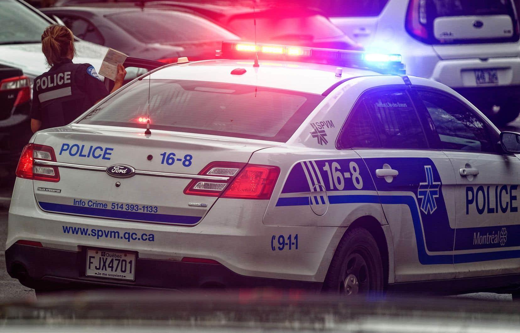 Un périmètre a été érigé dans le secteur pour permettre aux enquêteurs des crimes majeurs d'analyser la scène de crime.