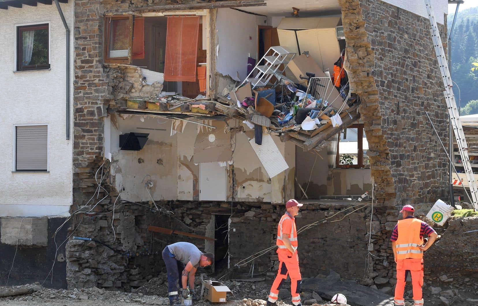 Des travailleurs constataient mardi les dégâts sur une maison en Rhineland-Palatinate, en Allemagne.