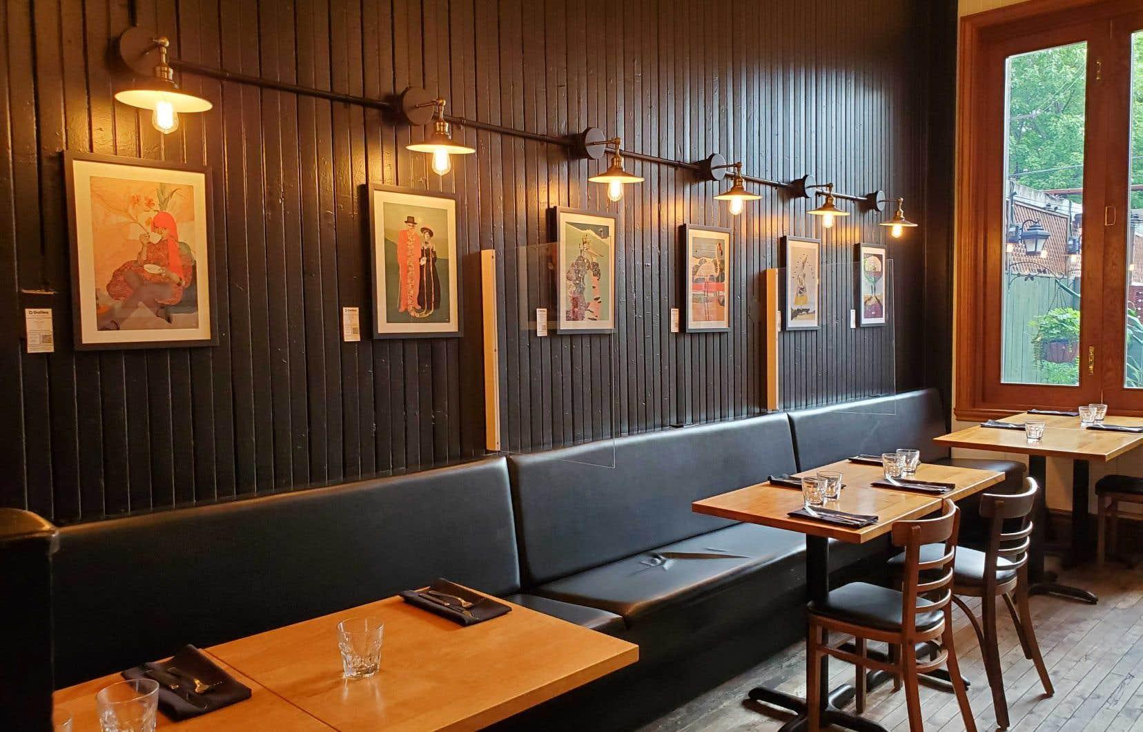 Exposition au Café Les Entretiens, à Montréal, de juillet à novembre 2021. Artiste en vedette: Dréa Collage.
