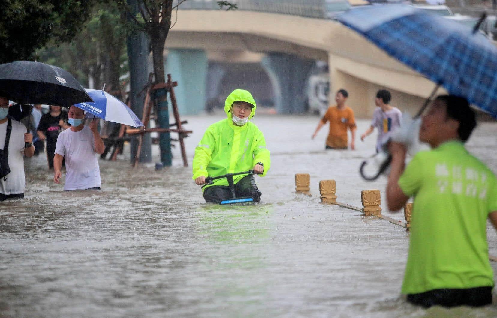Environ 200 000 des 10 millions d'habitants de Zhengzhou, à 700 km au sud de Pékin, qui a reçu en l'espace de trois jours l'équivalent de près d'un an de pluie, ont été évacués.