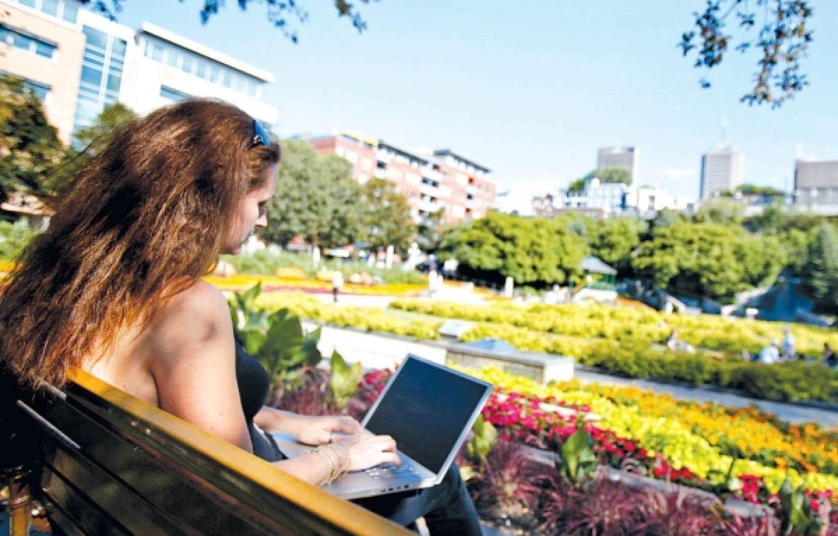 Selon le palmarès Forbes 2010 des villes américaines les mieux équipées en Internet sans-fil, Portland se classe au premier rang avec un ratio d'une borne par 4440 habitants. Or, à Québec, on parle plutôt d'un ratio d'une borne par 1646 personnes. «Quand on arrive dans un lieu, c'est une sécurité de pouvoir garder le contact avec le lieu d'où on part», résume Mario Asselin de l'organisme ZAP Québec, un OBNL qui milite pour le sans-fil gratuit dans la capitale.<br />