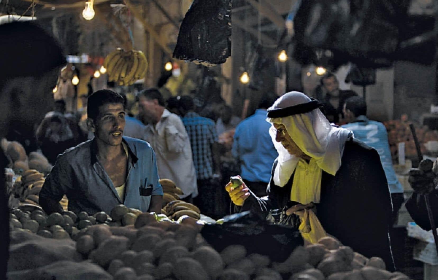 En Jordanie, un homme fait des provisions pour le ramadan. Pendant cette période, les musulmans ne peuvent entre autres pas manger entre lever et le coucher du soleil.<br />