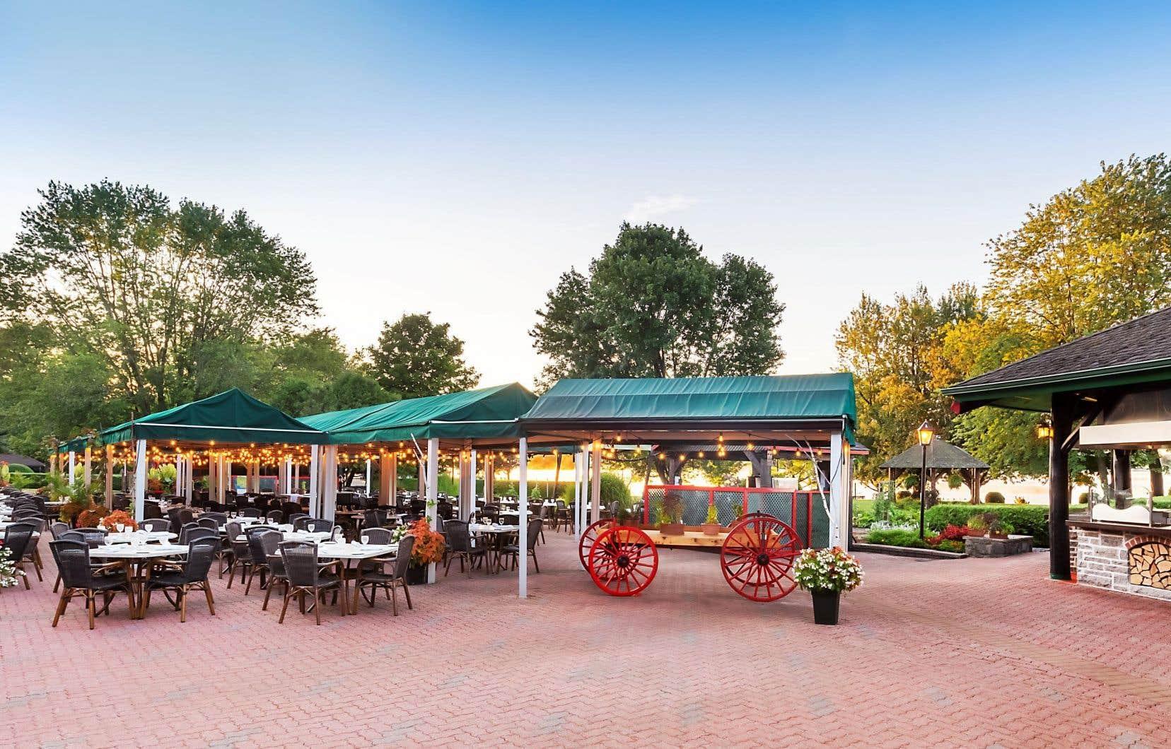 Depuis cet été, l'hôtel Fairmont Le Château Montebello offre un BBQ sur sa grande terrasse tous les soirs.