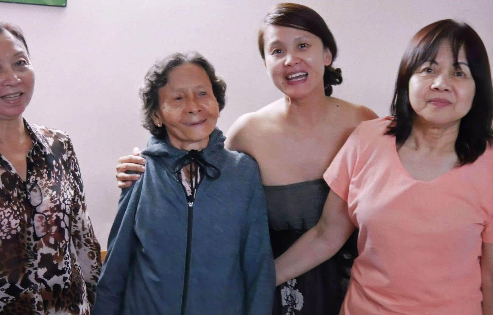 Thi Be, Thi Ngoc, Thi Hoi et une amie de la famille. Il y a une telle confiance entre la cinéaste et Thi Be Nguyen que cette dernière la laisse filmer des scènes entre ses tantes et elle-même qui n'auraient dû qu'appartenir à la famille.