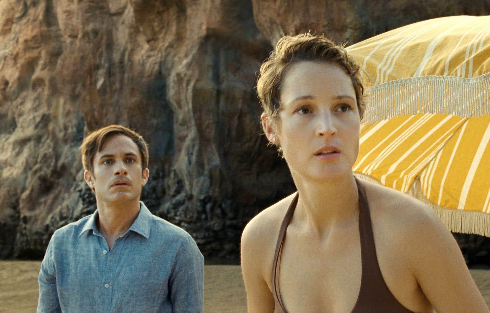 En instance de divorce, Guy (Gael García Bernal) et Prisca (Vicky Krieps) emmènent leurs enfants pour de dernières vacances familiales dans un tout compris luxueux…