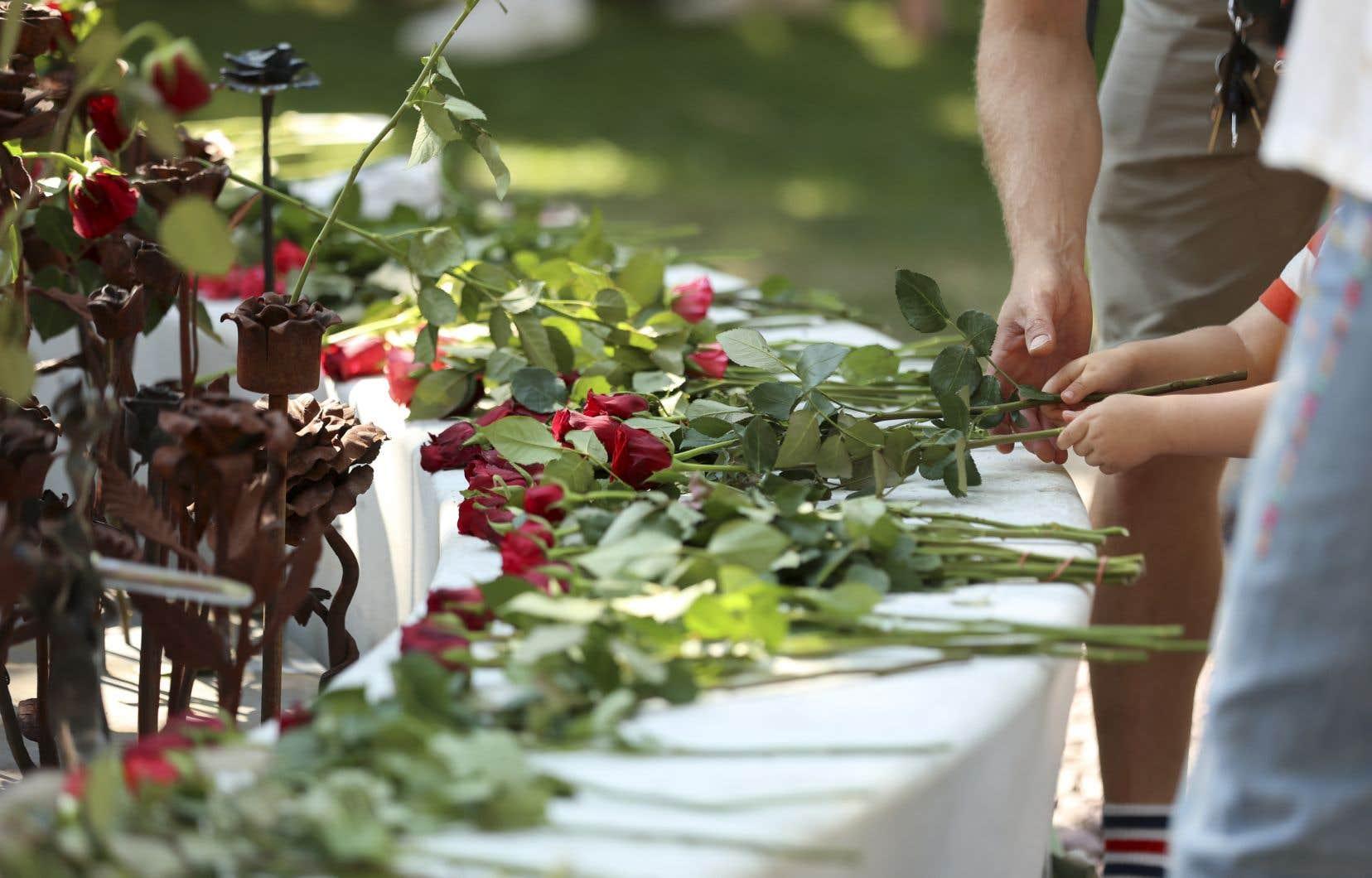 Des gens ont déposé des roses devant la cathédrale d'Oslo, où avait lieu un service commémoratif aux victimes des attentats.