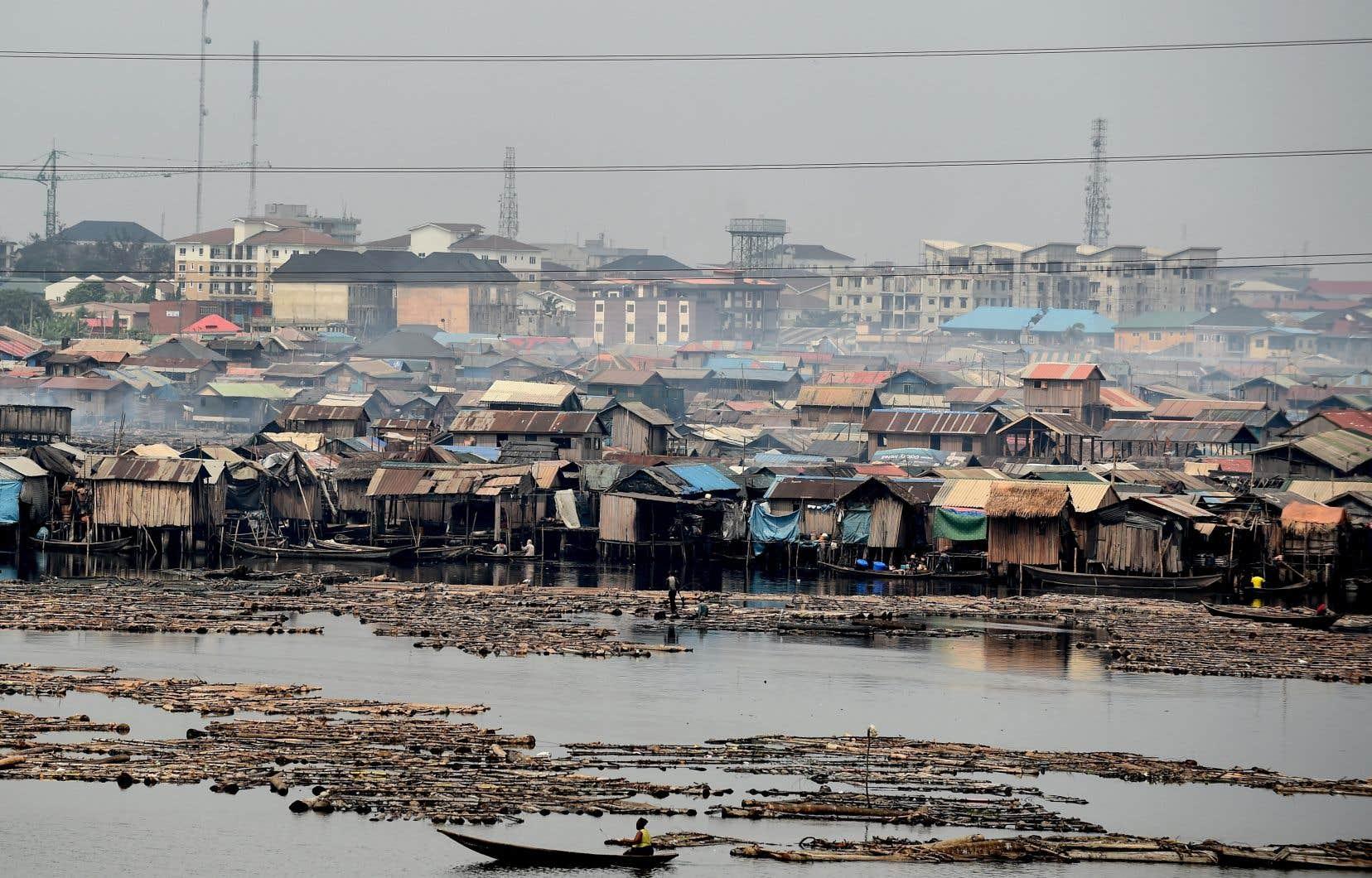 Le monde est présentement un navire sans gouvernail, où les pays pauvres s'enlisent dans la surpopulation, estime l'auteur. Sur la photo, on aperçoit le bidonville de Makoko, au Nigeria, qui est le pays le plus peuplé d'Afrique.
