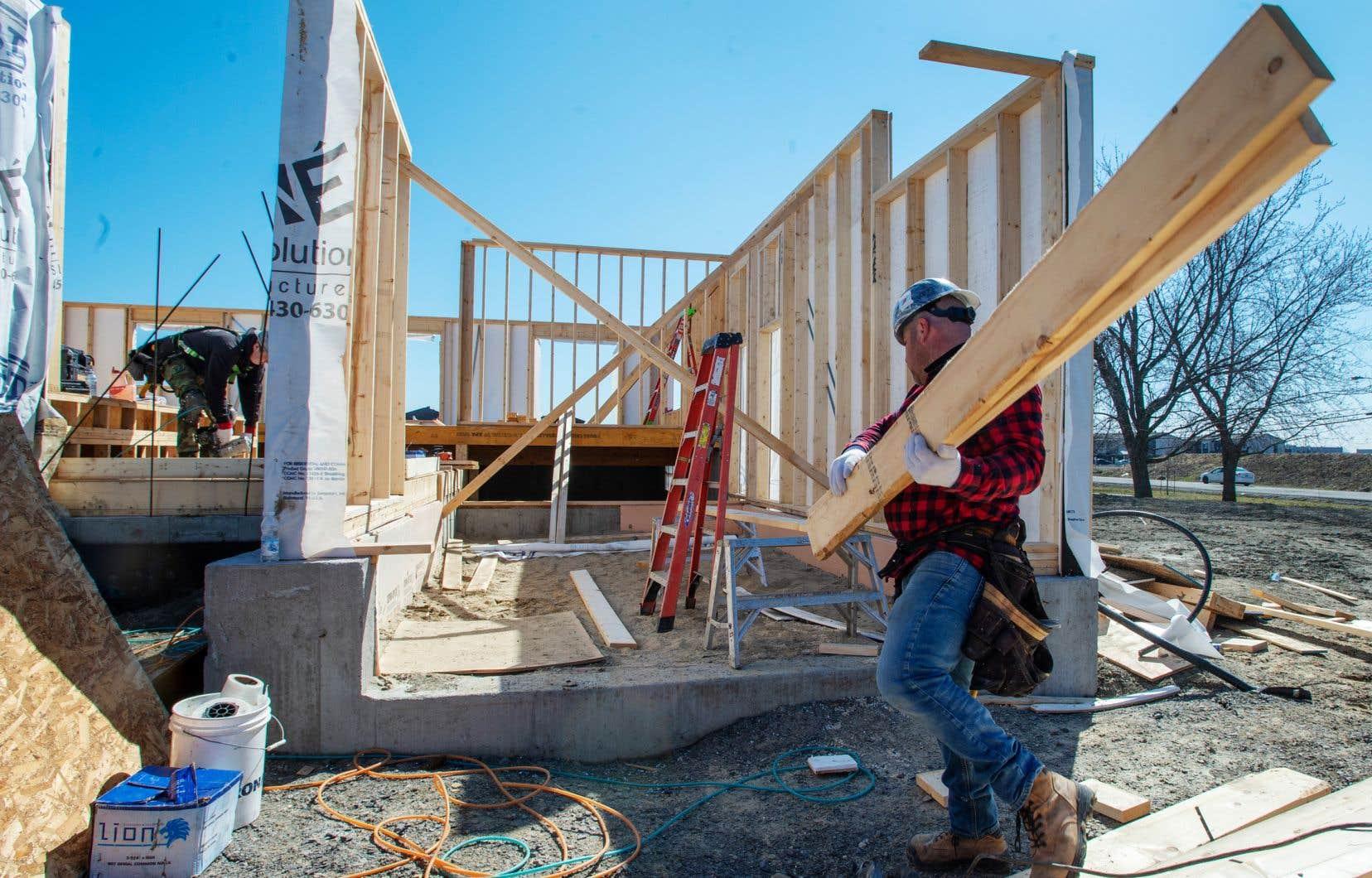 Deux recours portent sur des mesures visant, entre autres, à contrer la pénurie de main-d'oeuvre dans l'industrie de la construction